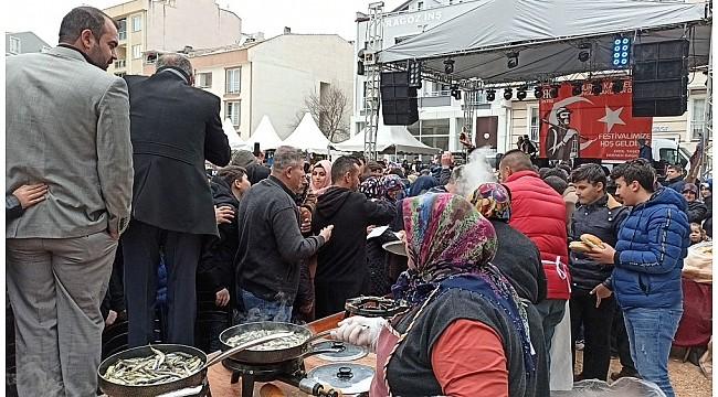 Bursa'da 1 ton bedava hamsi izdihamı