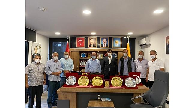Muhtarlardan AK Parti Of İlçe Başkanı Terzioğlu'na plaket